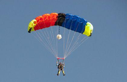 Paraşüte etki eden hava sürtünmesi sayesinde, yavaş ve güvenli bir iniş yapılır.